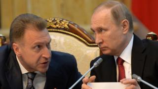 Rusiya baş nazirinin müavini İqor Şuvalov və prezident Vladimir Putin