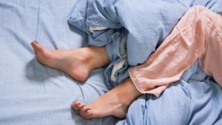 Ноге жене која је у кревету