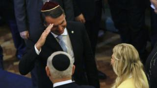 Em foto de dezembro, Bolsonaro cumprimenta Benjamin Netanyahu e sua mulher em visita do premiê ao Rio
