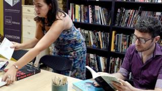 Mulher e homem em uma biblioteca