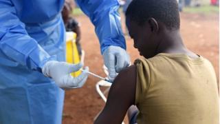 Shaqaalaha caafimadka waxay tallaalka ka dhanka ah cudurka Ebola ka fulinayaan qaybo kamid ah DRC