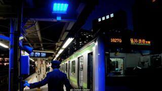 Lámpara de luz azul en una estación de Japón