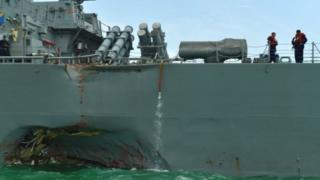 Khu vực của thủy thủ đoàn, phòng để máy móc và phòng thông tin liên lạc trên tàu US John S McCain bị ngập, Hải quân Mỹ nói.