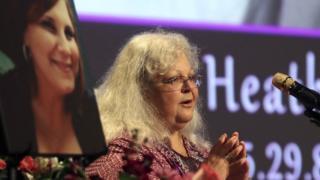 Susan Bro, madre de Heather Heyer, junto a una imagen de su hija.