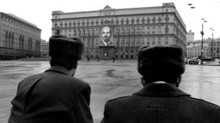 Два милиционера на фоне здания на Лубянке и памятника Дзержинскому