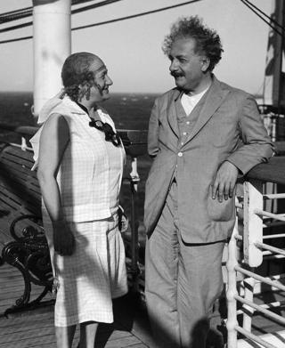 Einstein y su esposa Elsa.