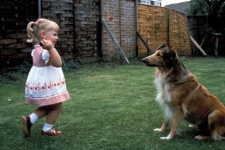 三岁的路易斯在花园嬉耍