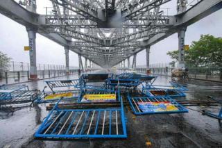 crollo delle barricate della polizia al ponte Howrah dopo forti venti dal ciclone Amphan al ponte Howrah a Howrah
