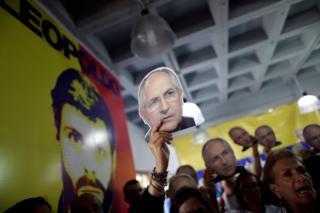 Gente sostiene foto de Antonio Ledezma en protesta en Venezuela.