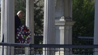 Tổng thống Donald Trump đặt vòng hoa tưởng niệm cố Tổng thống Andrew Jackson ở Nashville hôm 15/03