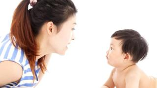 Mujer asiática con bebé.