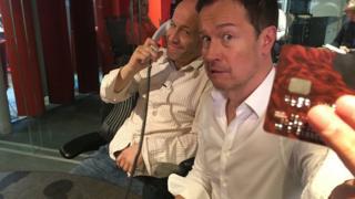 BBCのダン・シモンズと双子の兄弟ジョーさんは銀行の声紋認証システムをだますことに成功した