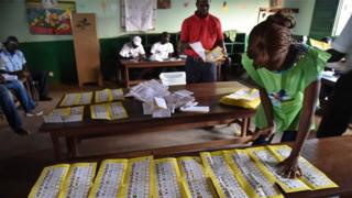 Vote count in Bangui, 30 Dec 15