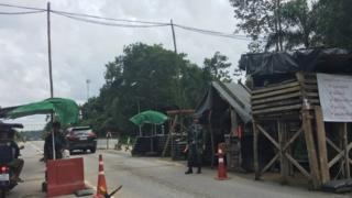 Những công sự kiểm soát di chuyển của người dân do quân đội Thái Lan trấn giữ ở huyện Waeng, tỉnh Yala
