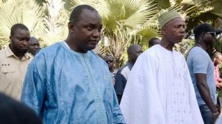 Rais Adama Barrow wa Gambia kushoto