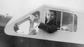 Antoine de Saint-Exupéry en un avión en 1935.
