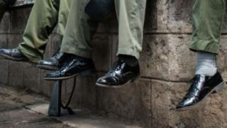 Contrairement aux règlements vestimentaires de la police, certains officiers ont acheté des chaussures auprès de divers vendeurs