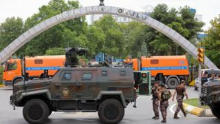 Un vehículo blindado vigila la Academia de la Fuerza Aérea en Estambul.