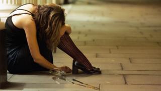 Mujer borracha en vía pública