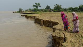 নদী ভাঙনের কারণে বাংলাদেশে জনগোষ্ঠীর জীবন ও কৃষি বিপর্যস্ত হয়ে পড়ছে