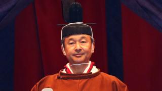 즉위 의식은 나루히토 일왕이 6.5m 높이 의자인 '다카미쿠라'에 앉아 황색 옷 '고로젠노고호'를 입고 즉위 소감을 말하는 형식으로 이뤄졌다
