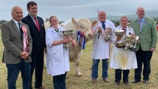 Members of the Quine family with show officials the the chief minister, alongside the winning bull
