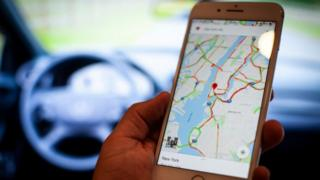 Смартфон з Google Maps в автомобілі