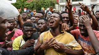 Les fans de DJ Arafat pleurant sa mort à Abidjan.