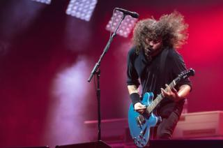 Dave Grohl toca con su banda The Foo Fighters en el escenario de la pirámide del Festival de Glastonbury, Inglaterra.