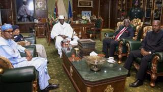 Le président Buhari (à gauche), avec les autres émissaires de la CEDEAO, n'avait pas réussi à convaincre le président Jammeh à quitter le pouvoir