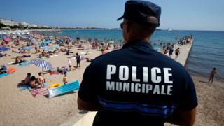 Cannes sahilinde devriye gezen polis, 4 Ağustos 2016