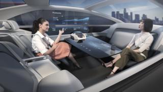 Duas mulheres conversam em carro autônomo da Volvo
