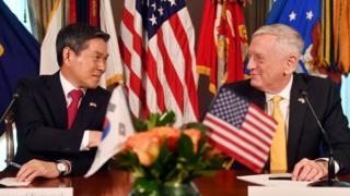 정경두 대한민국 국방부장관과 제임스 매티스 미국 국방장관이 지난달 미국 워싱턴D.C에서 개최된 제50차 한미안보협의회의(SCM) 이후 공동기자회견에 앞서 악수를 나누고 있다