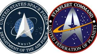 "Эмблема космических сил США (слева) и эмблема ""Звездного пути"" (справа)"