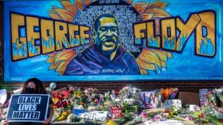 Mural con la imagen de George Floyd