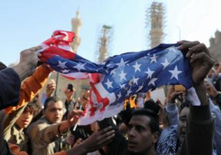 ผู้ประท้วงในกรุงไคโรของอียิปต์ฉีกทำลายและเผาธงชาติสหรัฐฯ