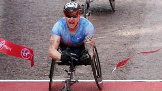Лондонский марафон-2017: Дэвид Виэр выиграл мужской забег среди колясочников.