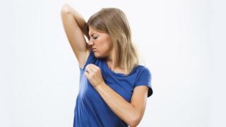 Mujer oliendo sus axilas