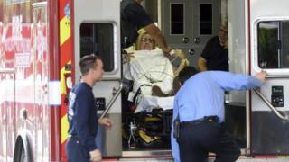 Yaralanmış sərnişinlərdən biri xəstəxanaya çatdırılır