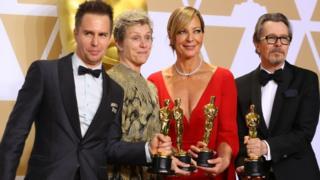 從左至右:最佳男配角山姆·洛克威爾、最佳女主角弗蘭西斯·麥克多蒙德、最佳女配角艾莉森·珍妮與最佳男主角得主加裏·奧德曼(4/3/2018)