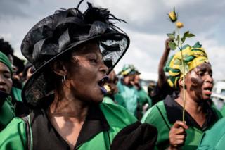 Ụmụnwaanyị ndị otu ANC mere ngagharị iji mee ncheta Winnie Madikizela-Mandela, wụbu nwunye onyeisiala Nelson Mandela n'obodo Soweto, Johannesburg, n'ụbọchị anọ nke Epreelụ, 2018.