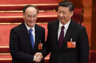 习近平与新当选的国家副主席王岐山握手。