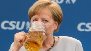 Меркель с кружкой пива