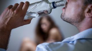 알코올 남용 경험이 있는 남성의 경우, 이 중 1.7%가 가정 폭력으로 체포된 경력이 있는 것으로 나타났다