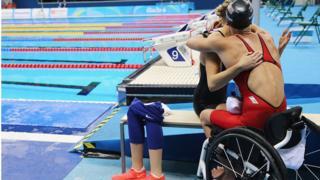 Джессика Лонг после победы в заплыве на 200 метров в комплексном плавании.
