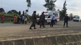 Gari la Ambulance likiwabebwa waliojeruhiwa baada ya polisi kuwafyatulia risasi wakimbizi waliokuwa wakiandamana