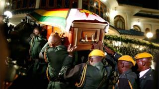 Le corps de l'ancien président zimbabwéen Robert Mugabe arrive au Blue Roof, sa résidence à Borrowdale, Harare, Zimbabwe, le 11 septembre 2019.