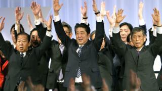 安倍晉三(中)在東京自民黨黨大會上與高層黨員三歡呼「萬歲」(5/3/2017)