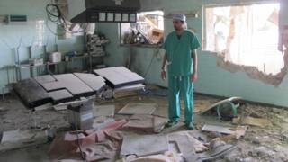 Un médecin libyen dans une salle d'opération détruite lors de combats