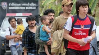 กลุ่มผู้ขอลี้ภัยซึ่งเชื่อว่าเป็นชาวอุยกูร์จากจีน ขณะถูกนำตัวไปยังศาลในจังหวัดสงขลาเมื่อวันที่ 15 มี.ค.2557